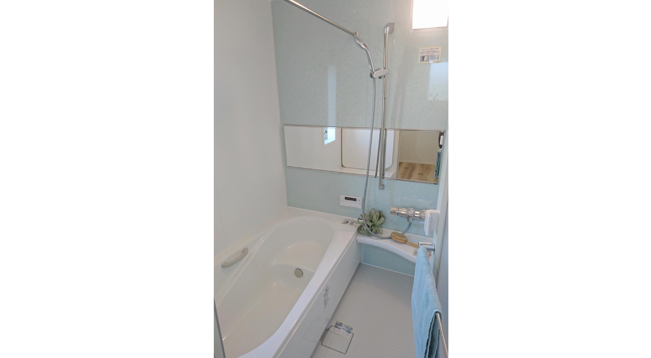 ヘリオスタウンおおたかの森47【浴室】足を伸ばせる広々浴槽には台座があるので半身浴もできます