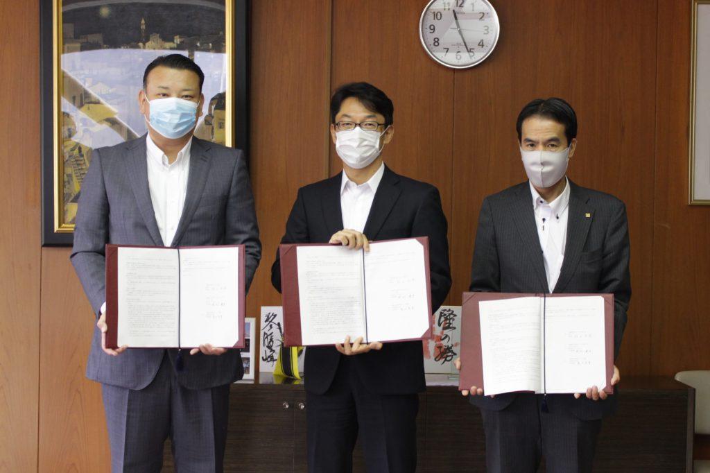 写真左より(株)デベロップ 岡村代表取締役、秋山柏市長、広島建設(株) 島田代表取締役