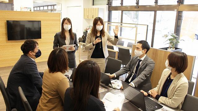 月に一度、メンバー全員が参加する会議の様子
