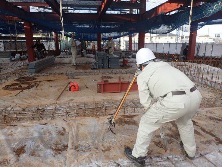 建てた鉄骨を一本一本、ずれていないかチェックを行います。柱の建て方制度はh/1000かつ10mm以下となります。(JASS6鉄骨工事より)また現場の安全は第一に!搬入された仮設材を確認するところから現場に設置されていることまでしっかりと確認し、また適正に使用するように周知徹底を行うことも欠かしません。